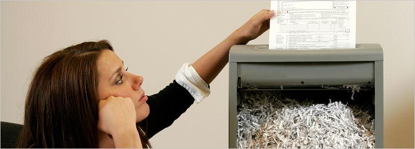 Mujer destruyendo documentos en papel