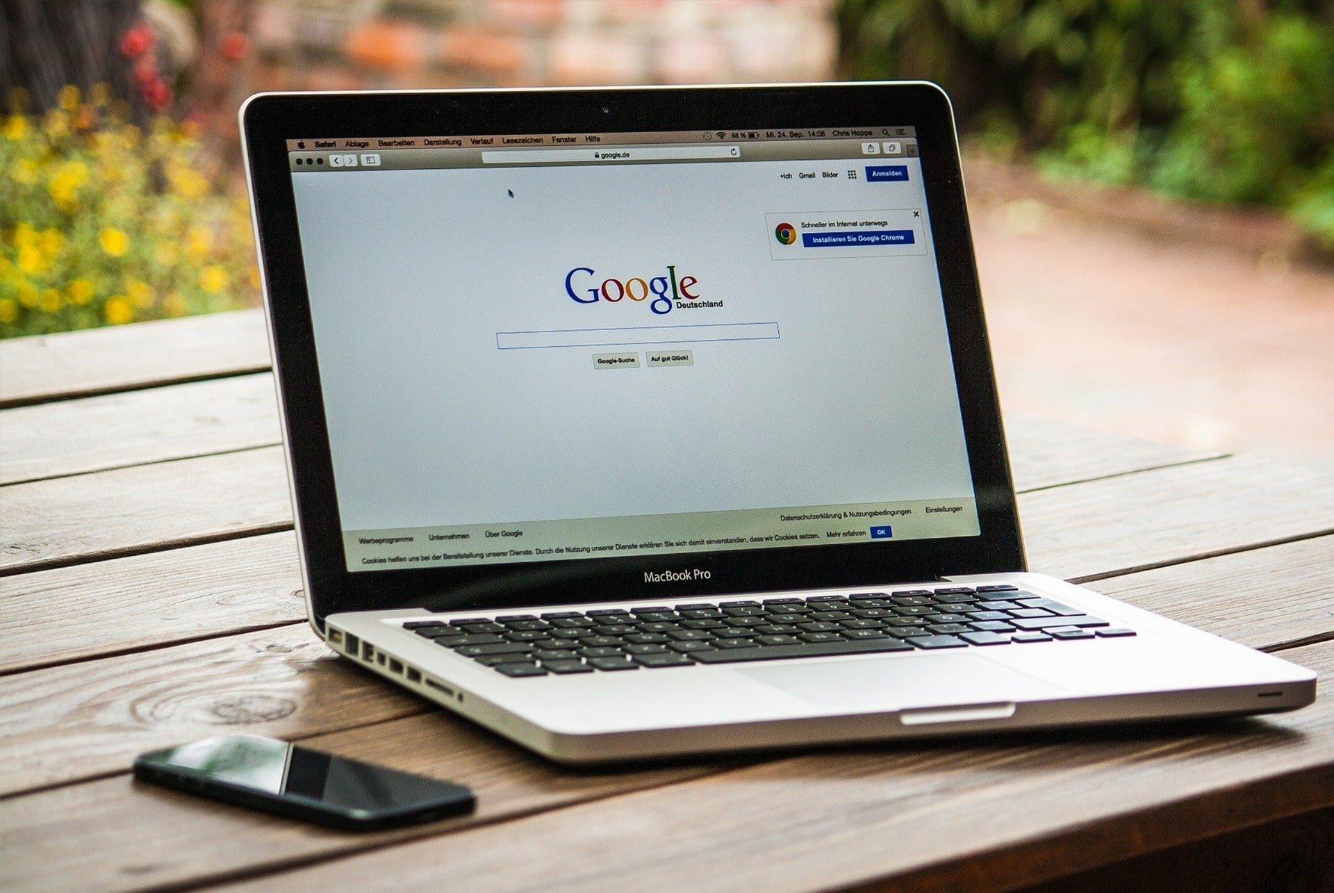 Ordenador abierto con el buscador google en pantalla