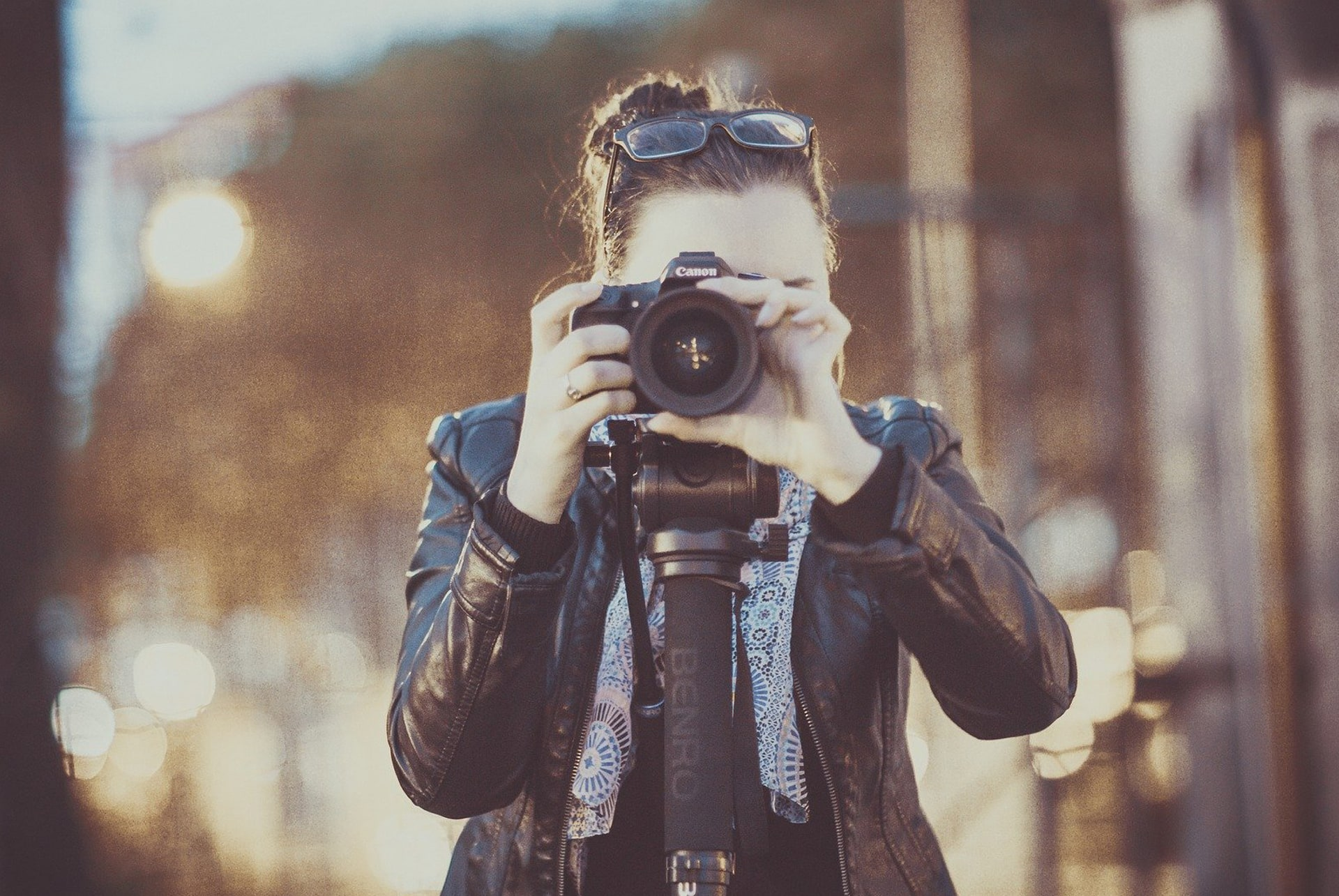 Fotógrafa apuntando al espectador de la foto