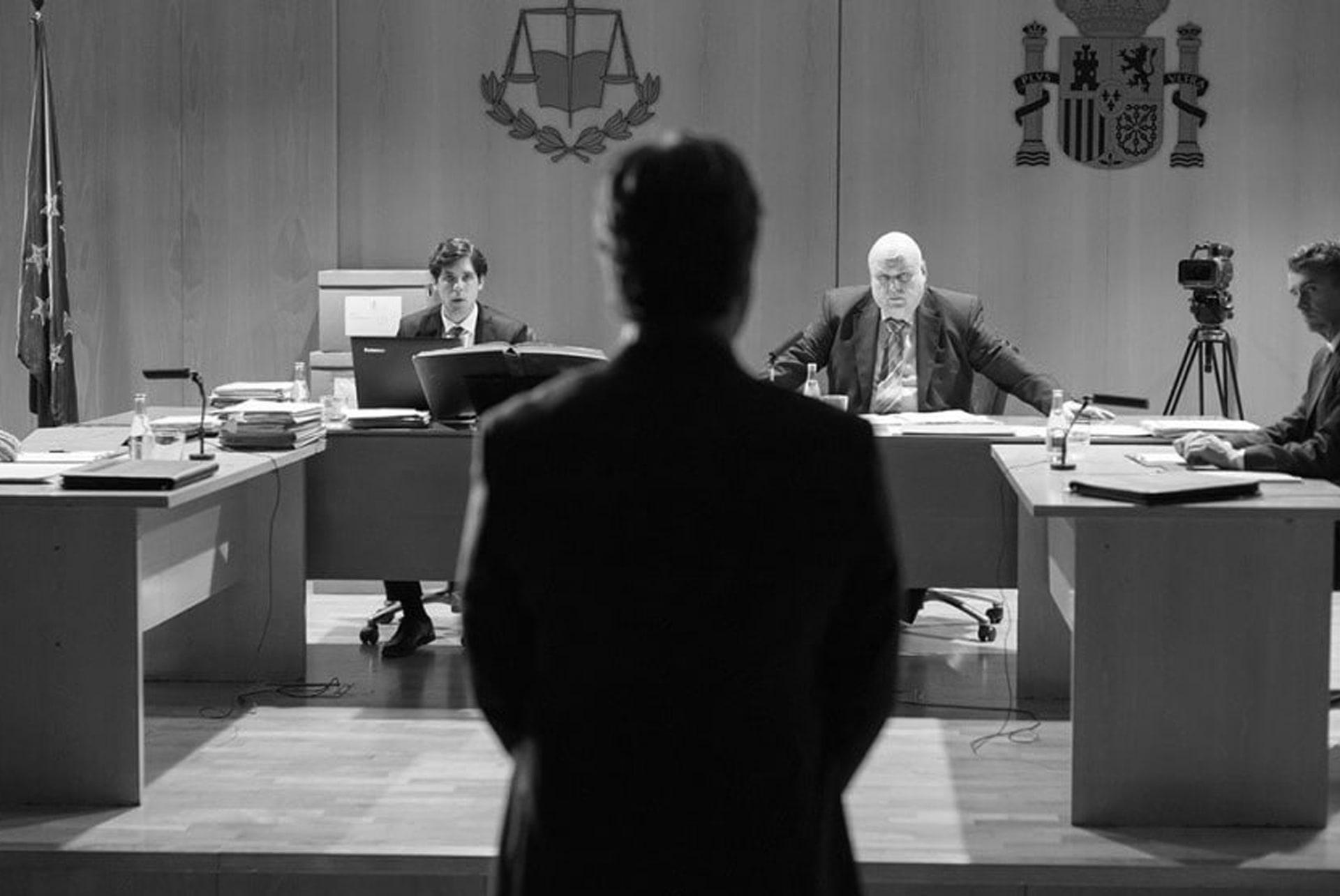 Un acusado frente a un juez en una sala de vistas